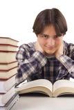 Jugendlich Junge, der am Schreibtisch lernt Stockbild
