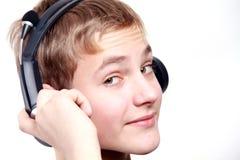 Jugendlich Junge, der zu den Kopfhörern hört Lizenzfreie Stockfotografie