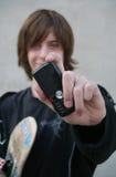 Jugendlich Junge des Schlittschuhläufers mit Mobiltelefon Stockbild