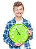Jugendlich Junge mit großer Uhr Stockfoto