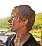 Jugendlich Junge mit schmutzigem Gesicht, nachdem ein Leitungsfahrrad angetrieben worden ist stockfoto