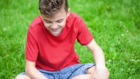 Jugendlich Junge mit Spinner im Park stock video