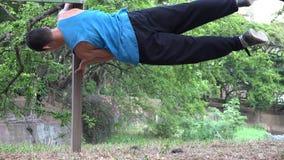 Jugendlich Junge Parkour bremst Stärke und Balance stock video