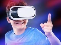 Jugendlich Junge in VR-Gläsern Stockfoto