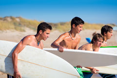 Jugendlich Jungen des Surfers, die auf Strandufer sprechen stockfotografie