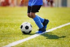 Jugendlich-Jungen, die Fu?ball-Fu?ballspiel spielen Junge Fußball-Spieler, die Fußball laufen lassen und treten stockfotos