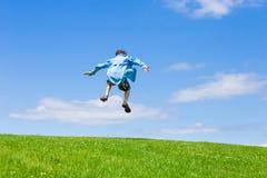 Jugendlich Jungenspringen Lizenzfreie Stockbilder