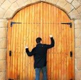 Jugendlich klopfende Tür Stockbild