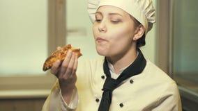 Jugendlich Kochmädchen, das ein Kuchen slowmo isst stock video