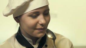 Jugendlich Kochmädchen, das Spaß hat stock video