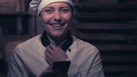 Jugendlich Kochmädchen, das Spaß hat stock video footage
