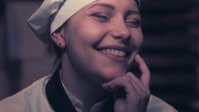 Jugendlich Kochmädchen, das Spaß hat stock footage