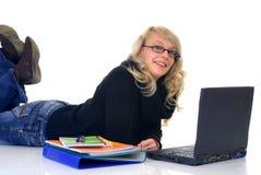 Jugendlich Kursteilnehmer, der an Laptop arbeitet Stockbild