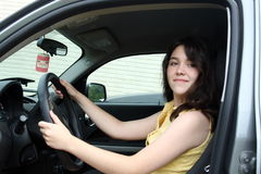 Jugendlich Lernen, ein Auto anzutreiben Stockbilder