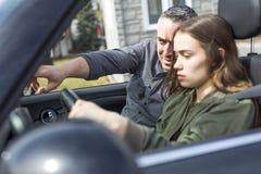 Jugendlich Lernen zu fahren oder Durchführung der Fahrprüfung lizenzfreie stockfotografie