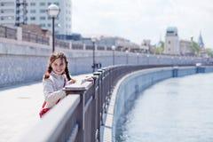 Jugendlich Mädchen auf der Ufergegend Stockbild