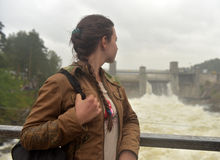 jugendlich Mädchen auf Hintergrund des Kraftwerks in Imatra lizenzfreie stockfotografie