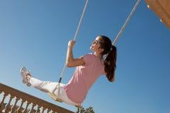 Jugendlich Mädchen auf Schwingen Stockfotos