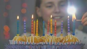 Jugendlich Mädchen beleuchtet Kerzen auf Kuchen auf ihrem Geburtstag stock video footage