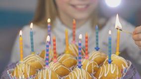 Jugendlich Mädchen beleuchtet Kerzen auf Kuchen auf ihrem Geburtstag stock video
