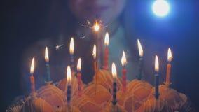 Jugendlich Mädchen bewundert brennende Kerzen am Kuchen auf ihrem Geburtstag stock video
