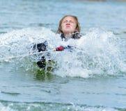 Jugendlich Mädchen, das auf einem Waterski hochzieht lizenzfreie stockbilder