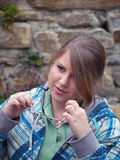 Jugendlich Mädchen, das auf ihre Gläser sich setzt Lizenzfreies Stockbild