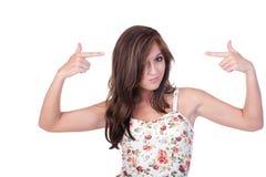 Jugendlich Mädchen, das auf mit beiden Händen zeigt Stockfotografie