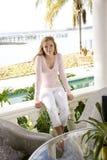 Jugendlich Mädchen, das auf Terrasse sich entspannt lizenzfreie stockbilder