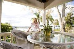 Jugendlich Mädchen, das auf Terrasse sich entspannt lizenzfreies stockbild