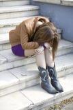jugendlich Mädchen, das auf Treppen sitzt Stockfotografie