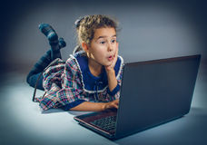 Jugendlich Mädchen, das den Boden in einem Notizbuch auf Grau spielt Stockfotos