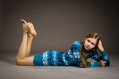 Jugendlich Mädchen, das in der Strickjacke aufwirft stockfotografie