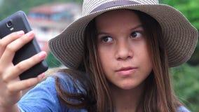 Jugendlich Mädchen, das doof lustige Gesichter für Selfy macht Stockfotos