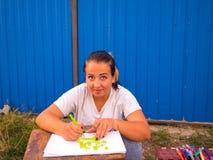 Jugendlich Mädchen, das draußen zeichnet lizenzfreie stockfotografie