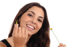 Jugendlich Mädchen, das ein Gänseblümchenlächeln entlaubt Lizenzfreie Stockbilder