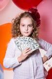 Jugendlich Mädchen, das einen Fan in ihren Handdollar hält Stockfotos