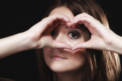 Jugendlich Mädchen, das Herzform-Liebessymbol mit den Händen tut Lizenzfreies Stockbild
