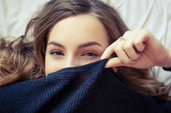 Jugendlich Mädchen, das ihr Gesicht bedeckt Stockbilder