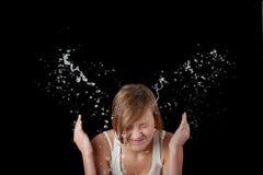 Jugendlich Mädchen, das ihr Gesicht mit Wasser wäscht stockfotos