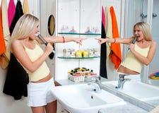 Jugendlich Mädchen, das im Badezimmer singt Lizenzfreie Stockfotografie