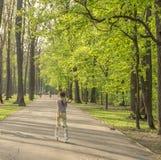 Jugendlich Mädchen, das im Frühjahr in Park eisläuft Stockfotografie