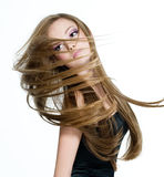 Jugendlich Mädchen, das Kopf mit dem langen Haar rüttelt stockfotografie