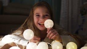 Jugendlich Mädchen, das mit glühenden Weihnachtsbällen spielt Silvesterabend, Weihnachtsfeiertage stock video