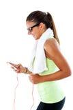 Jugendlich Mädchen, das mit Smartphone ausarbeitet Stockbilder