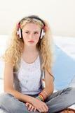 Jugendlich Mädchen, das Musik hört Lizenzfreie Stockbilder