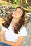 Jugendlich Mädchen, das oben schaut Stockfoto