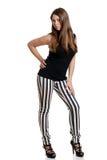 Jugendlich Mädchen, das schwarze weiße Streifenhosen trägt Lizenzfreie Stockfotos
