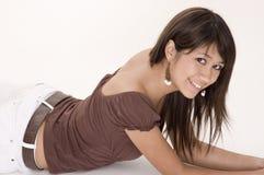 Jugendlich Mädchen, das sich hinlegt Stockbilder