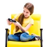 Jugendlich Mädchen, das Steuerknüppel für Computerspiele hält stockbild